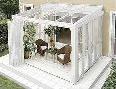 テーブルや椅子を置いて、庭に面した開放的な空間