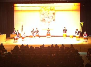 地域に伝わる伝統芸能やダンスや劇などを披露