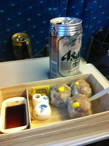 展示会の帰りは新幹線で崎陽軒のシウマイにビールで締めくくりました