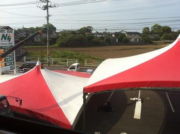紅白の大テントを業者が張っています